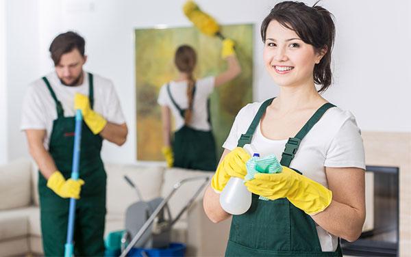 العمالة المتواجدة بداخل شركة تنظيف بالخبر